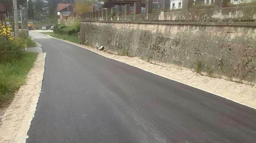 Asfaltirana ulica Kulina Bana, u toku asfaltiranje u Malim Rejzovićima