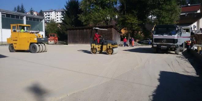 Asfaltiranje parkinga iza zgrade općine Ključ